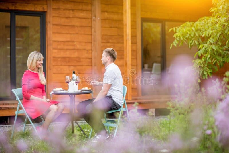Paare während eines Abendessens auf dem Hinterhof des Hauses lizenzfreie stockfotos