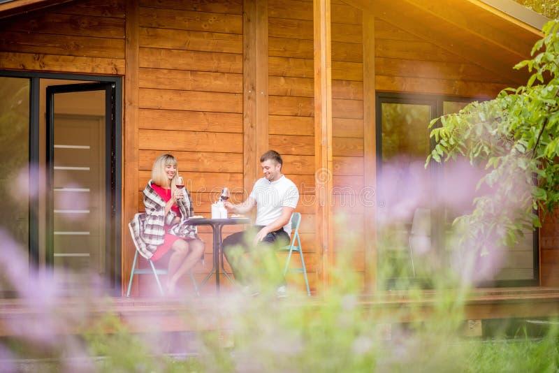 Paare während eines Abendessens auf dem Hinterhof des Hauses lizenzfreies stockbild