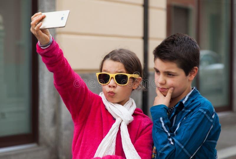 Paare während eines selfie im Freien lizenzfreie stockbilder