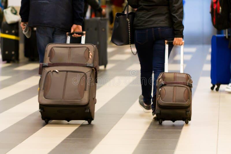 Paare, welche die Koffer ziehen stockbild