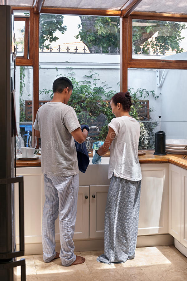 Paare, welche die Teller tun stockbilder