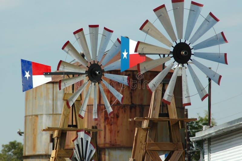 Paare Windmühlen lizenzfreie stockbilder