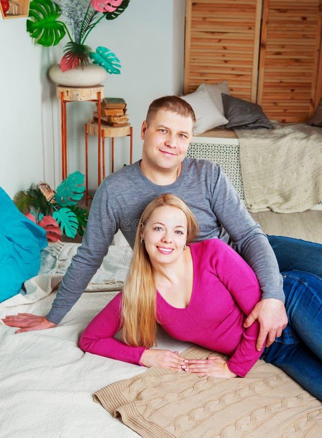 Paare zu Hause lizenzfreie stockbilder