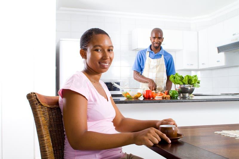 Paare zu Hause lizenzfreie stockfotos