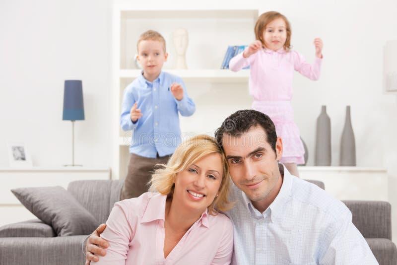 Paare zu Hause lizenzfreies stockfoto