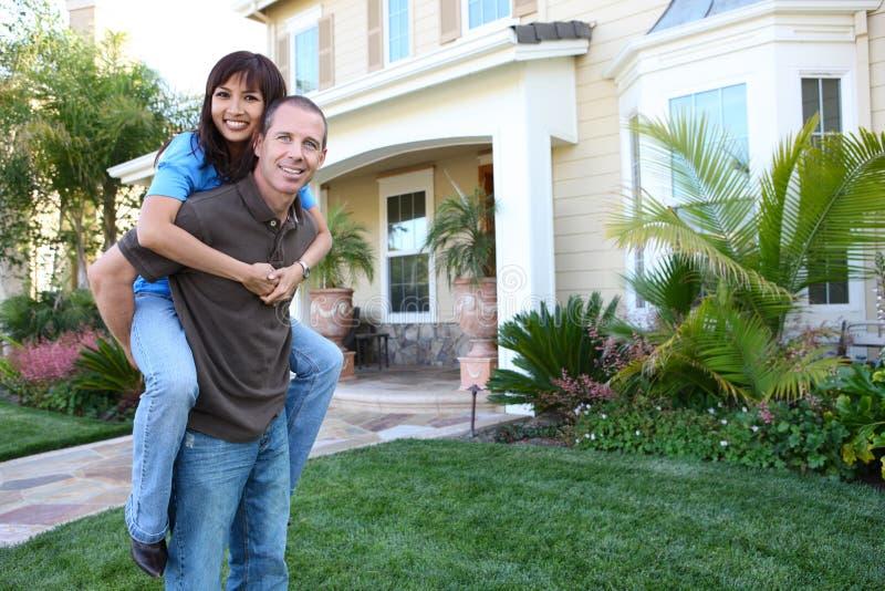 Paare zu Hause in der Liebe stockfotografie
