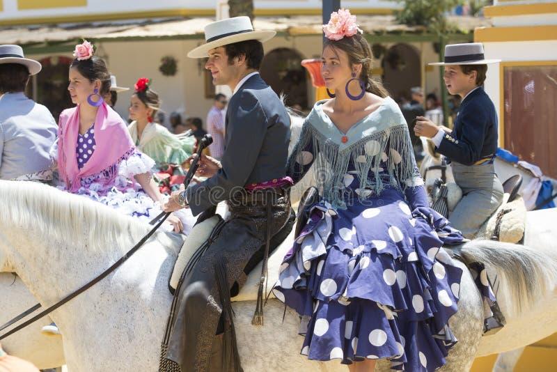 Paare zu Pferd an der Messe lizenzfreies stockfoto