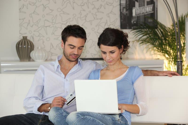 Paareinkaufen auf dem Internet lizenzfreie stockbilder