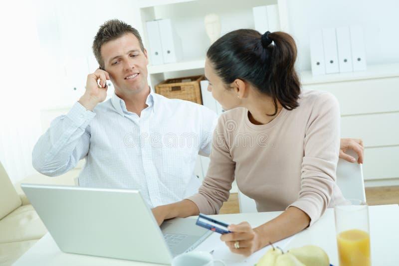 Paareinkaufen auf Internet lizenzfreies stockbild