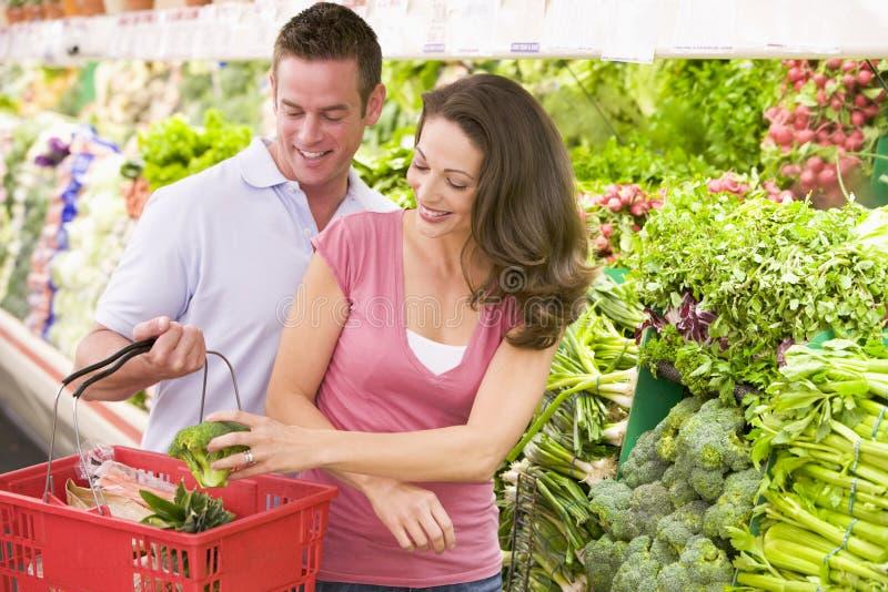 Paareinkaufen im Erzeugniskapitel stockfoto