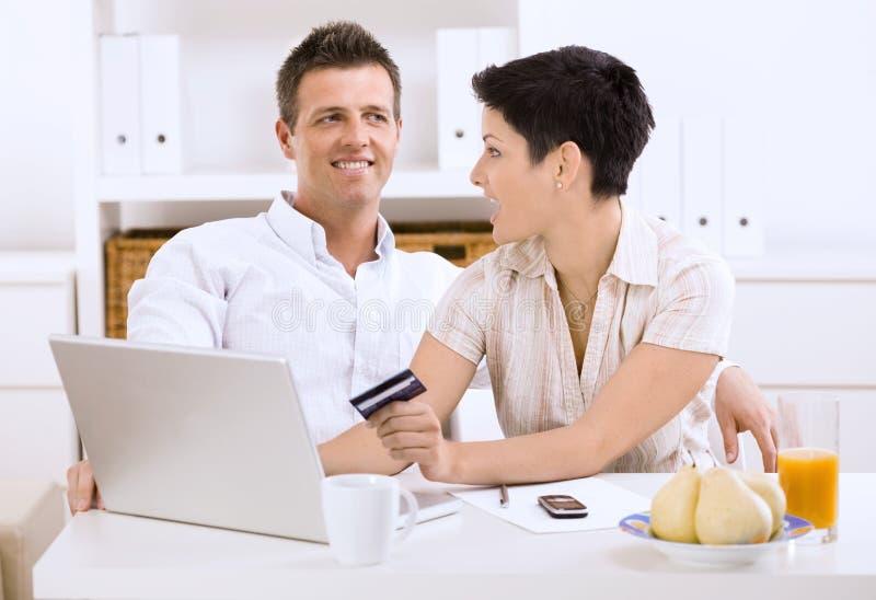 Paareinkaufen Online lizenzfreie stockbilder
