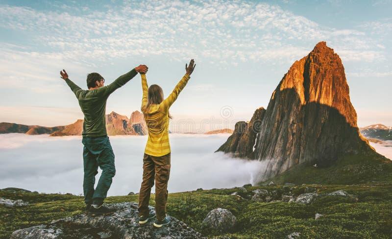 Paarfamilie die in bergen gezonde levensstijl reizen stock foto