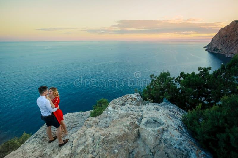 Paarfamilie die samen op klippenrand reizen in de man en de vrouwen van de zomervakanties van het levensstijlconcept van Noorwege stock fotografie