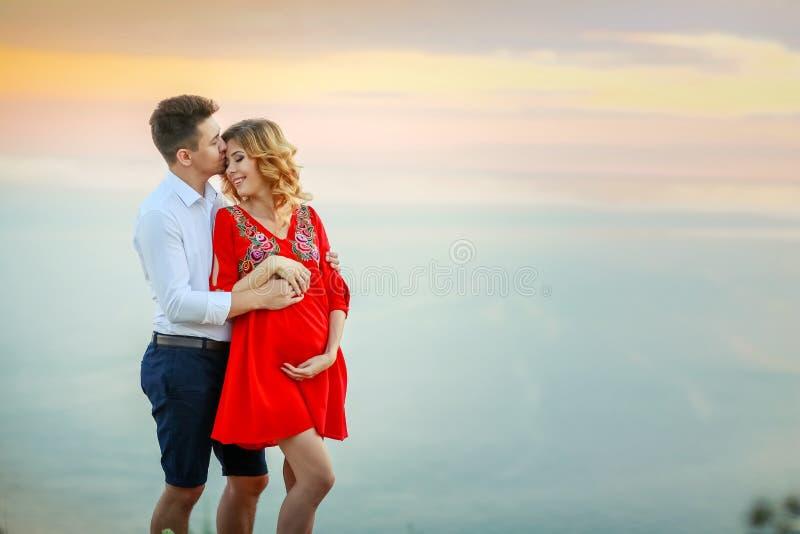 Paarfamilie die samen op klippenrand reizen in de man en de vrouwen van de zomervakanties van het levensstijlconcept van Noorwege royalty-vrije stock afbeeldingen