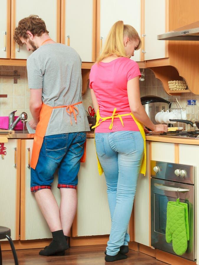 Paarfrau und -mann, die in der Küche kochen stockbild