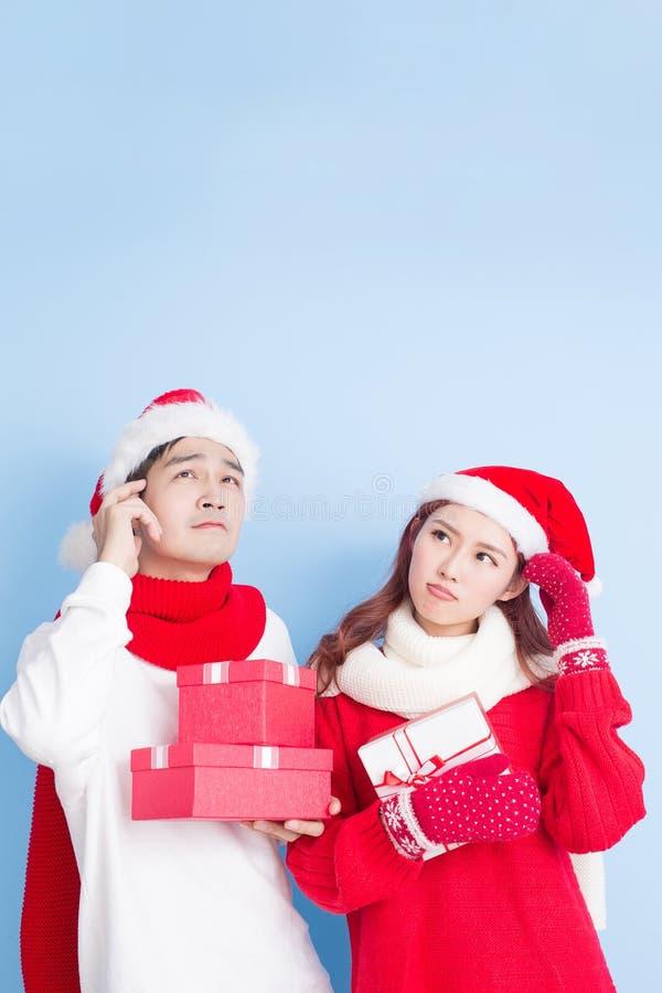 Paarglimlach met vrolijke Kerstmis stock foto's