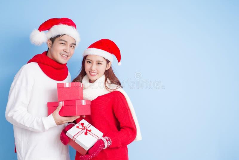 Paarglimlach met vrolijke Kerstmis stock fotografie