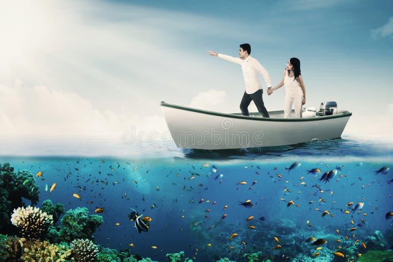 Paarhändchenhalten auf Boot lizenzfreies stockbild