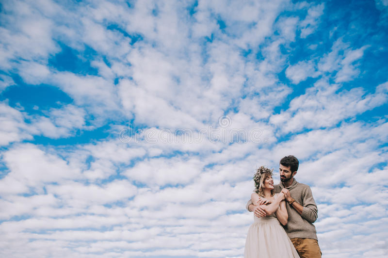 Paarhändchenhalten gegen den Himmel lizenzfreie stockfotografie