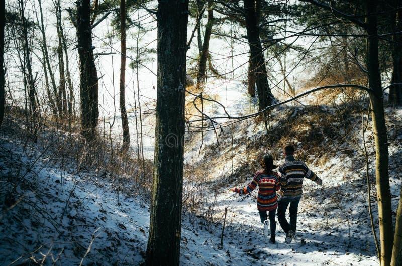 Paarhändchenhalten weg laufen gelassen zum Wald stockfotos