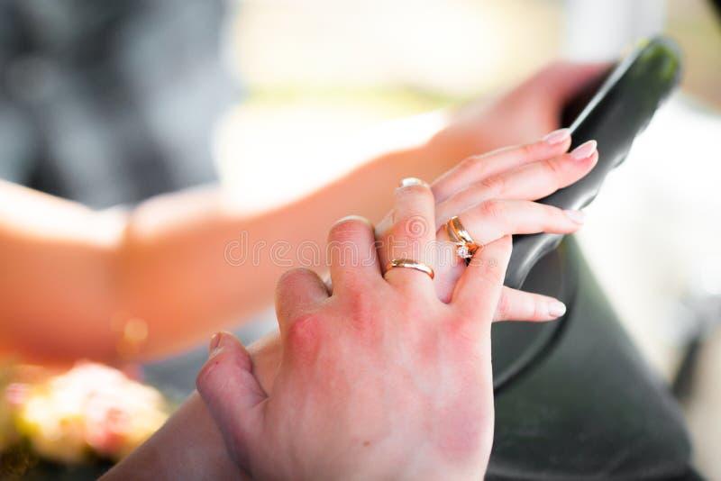 Paarhände auf dem Lenkrad lizenzfreie stockfotos