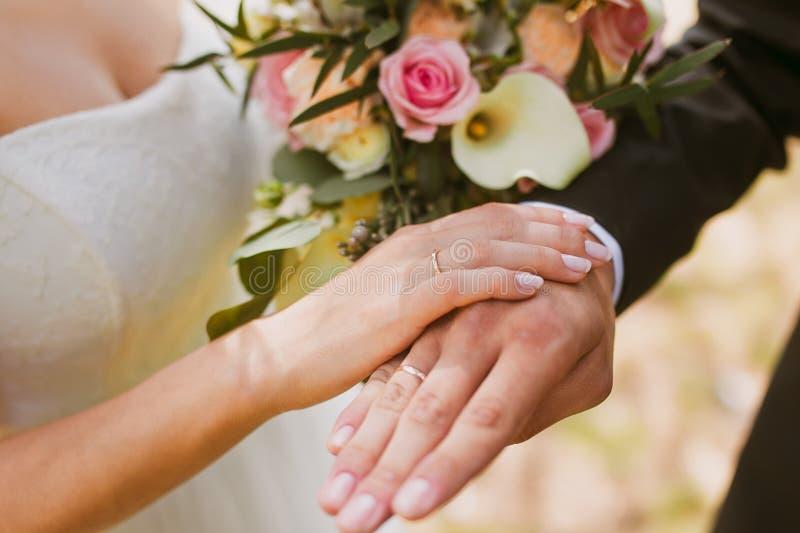 Paarhände auf Hochzeit stockbild