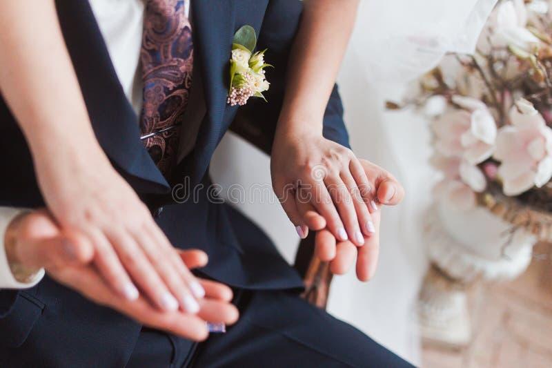Paarhände auf Hochzeit lizenzfreie stockfotos