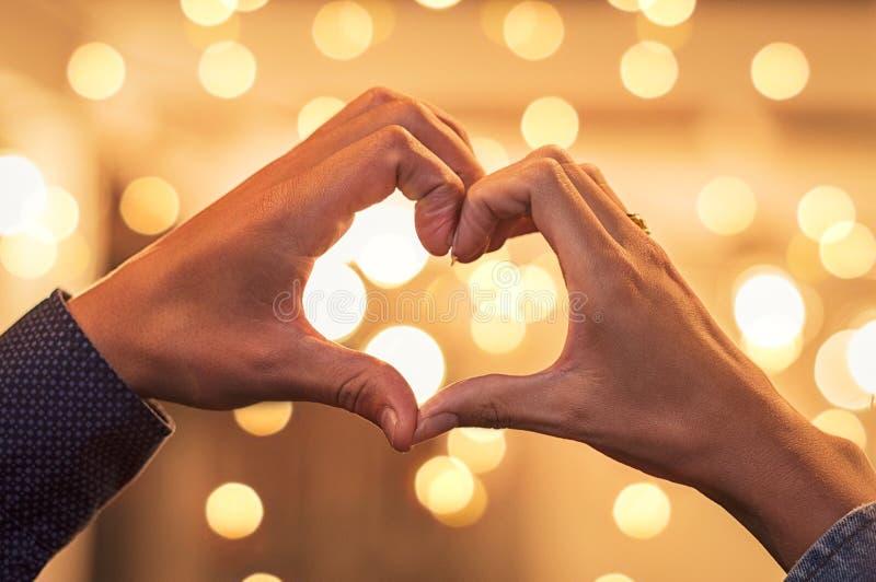 Paarhände, die Herzform machen lizenzfreies stockfoto