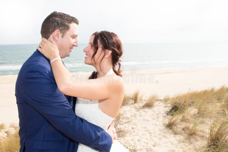 Paarhuwelijk op het strand stock afbeelding
