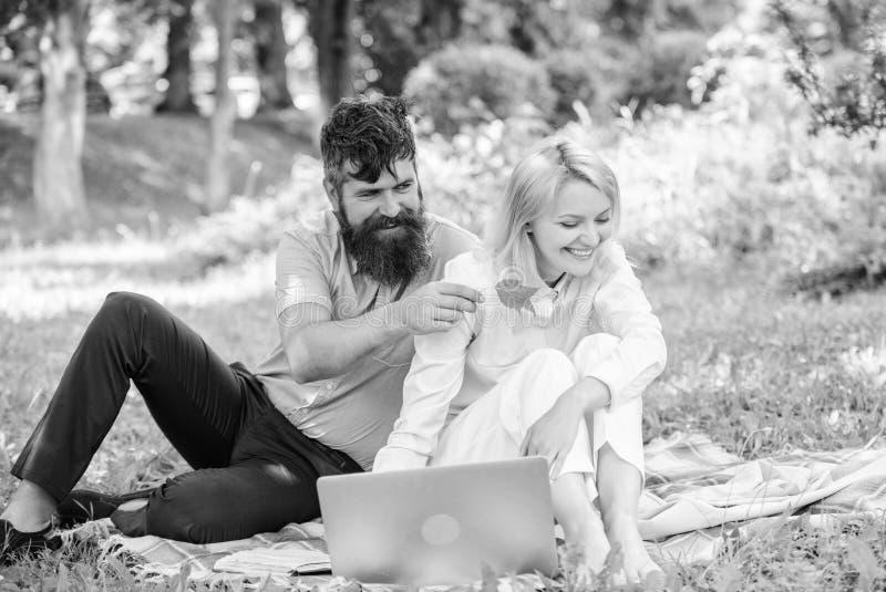 Paarjugend wendet die Freizeit auf, die drau?en mit Laptop arbeitet Wie man freiberuflich t?tiges und Familienleben balanciert Ve lizenzfreie stockbilder