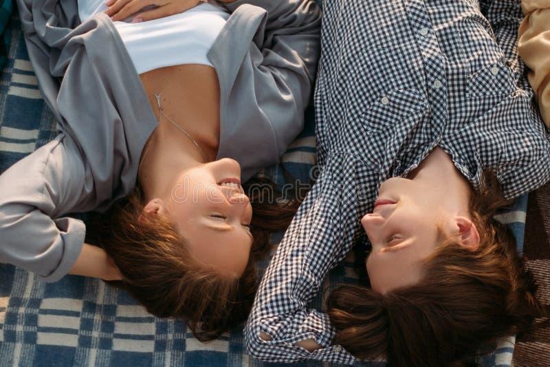 Paarliebe entspannen sich Intimitätsweichheitsträume stockfoto