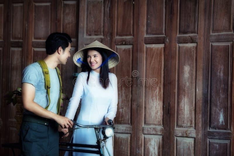 Paarliefde Vietnamees in de oorlog van Vietnam stock afbeeldingen