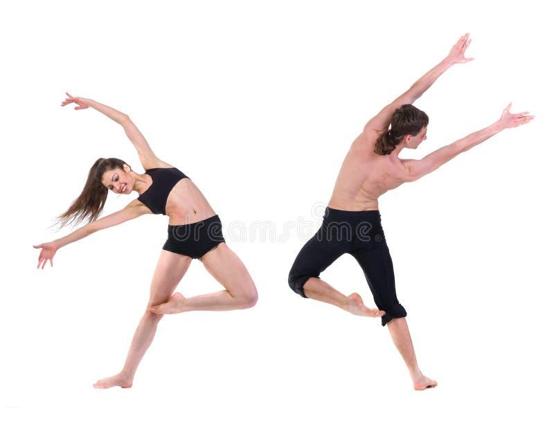 Paarman en vrouw die geschiktheid uitoefenen die op witte achtergrond dansen stock foto's