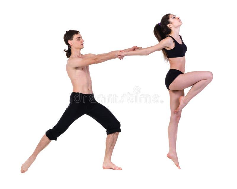 Paarman en vrouw die geschiktheid uitoefenen die op witte achtergrond dansen royalty-vrije stock foto
