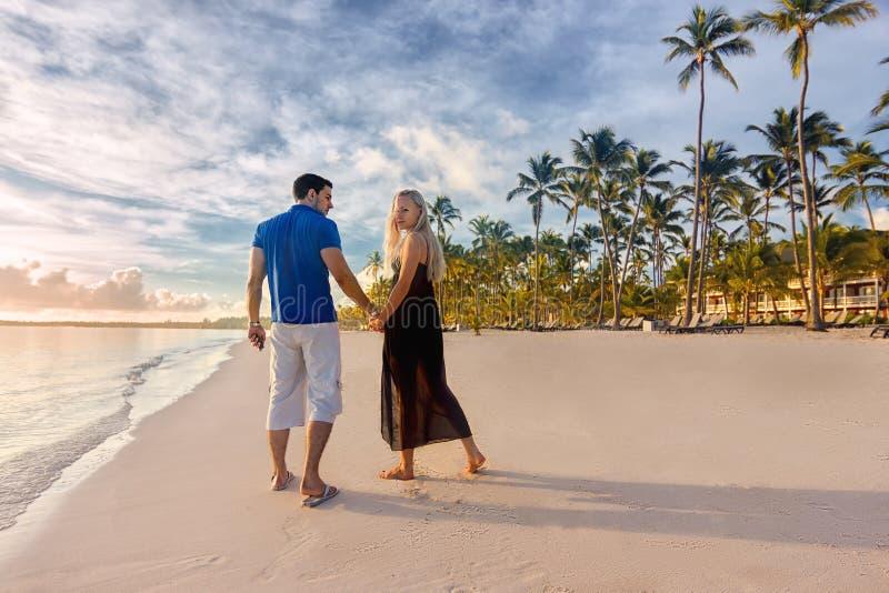 Paarman en vrouw - zonsopgang bij het strand royalty-vrije stock afbeelding