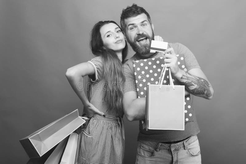 Paaromhelzingen, die het winkelen zakken op groene achtergrond houden royalty-vrije stock foto
