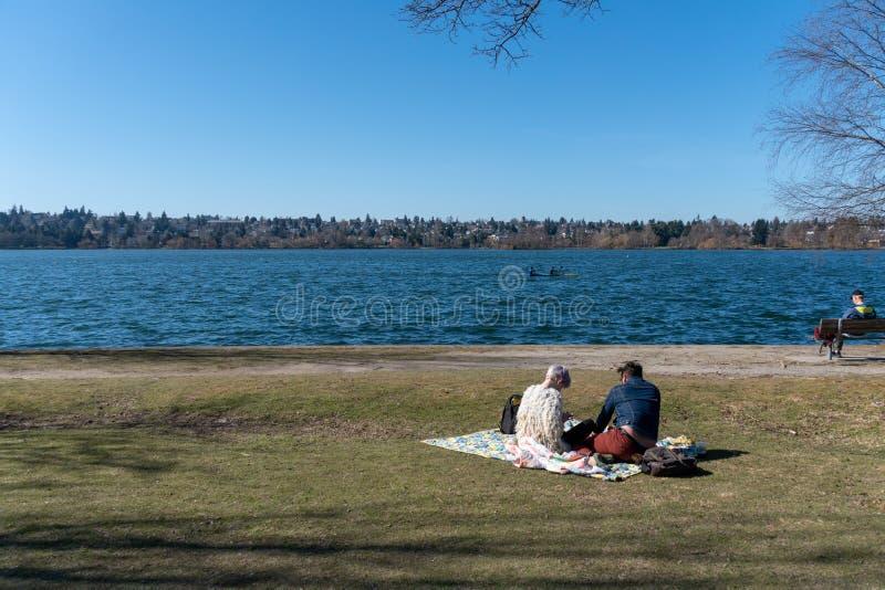 Paarpicknick in Greenlake stock afbeelding