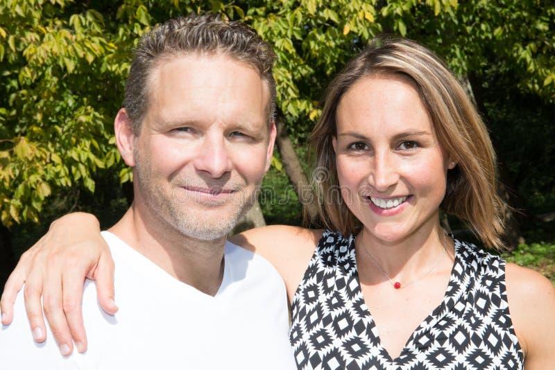 Paarportret in het tuinpark op een zonnige dag stock afbeelding