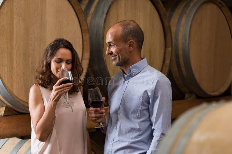 Paarprobierenwein lizenzfreie stockfotografie
