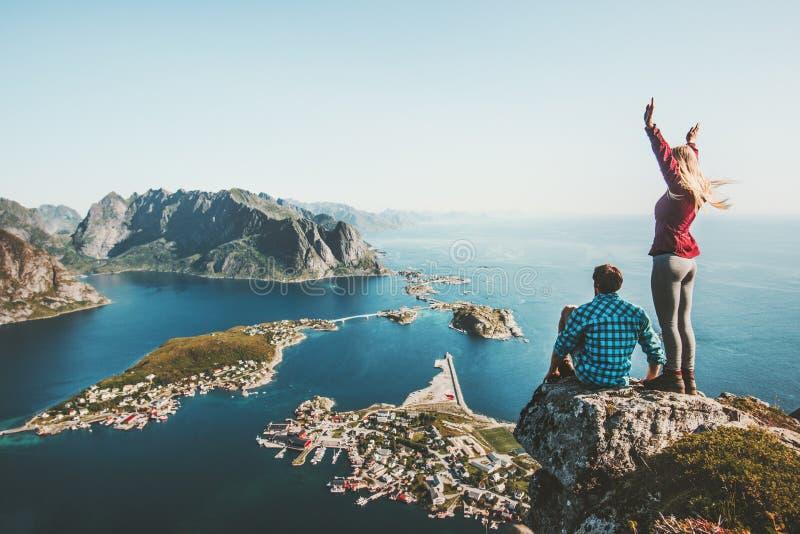 Paarreisende, die zusammen auf Spitzenklippe reisen lizenzfreies stockbild