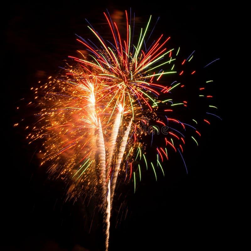 Paars, rood, groen en gouden vuurwerk ontplofte tijdens een Onafhankelijkheidsdag in de Verenigde Staten stock afbeelding