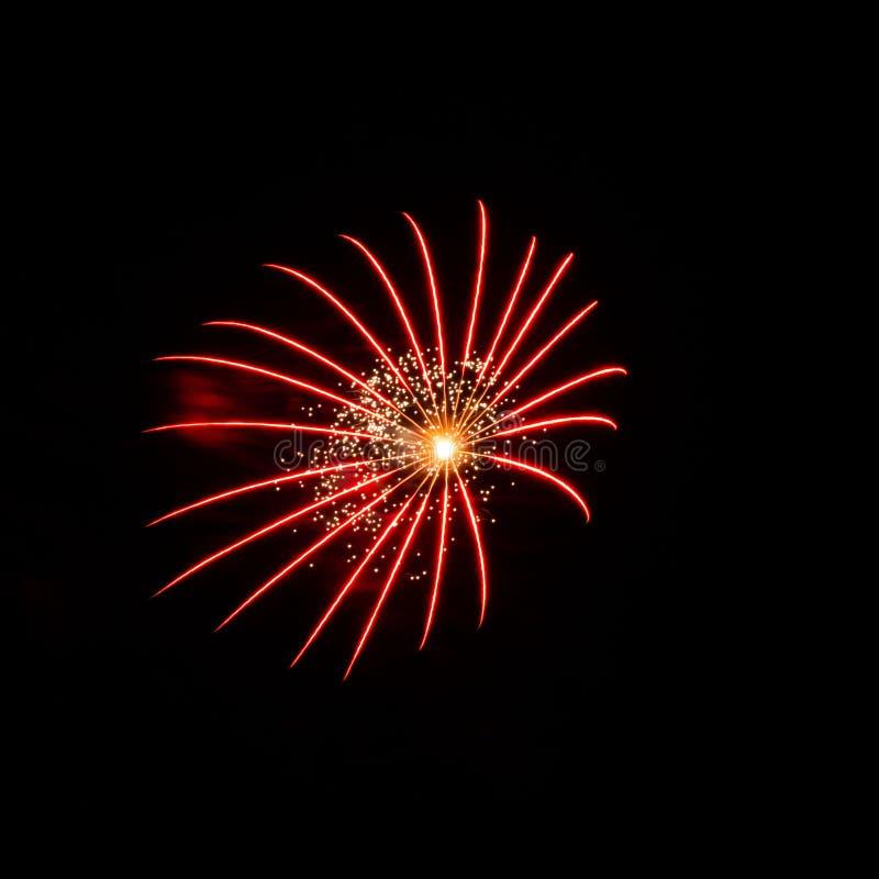 Paars, rood, groen en gouden vuurwerk ontplofte tijdens een Onafhankelijkheidsdag in de Verenigde Staten stock foto