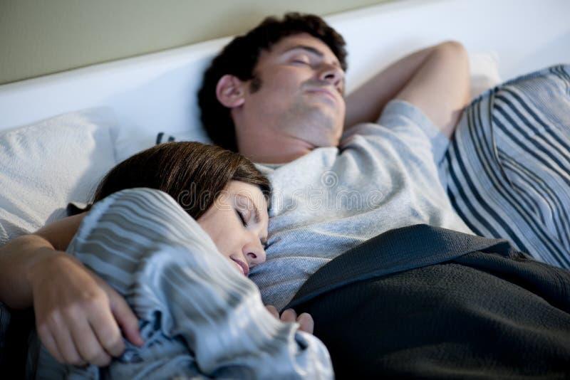 Paarschlafen lizenzfreie stockfotos