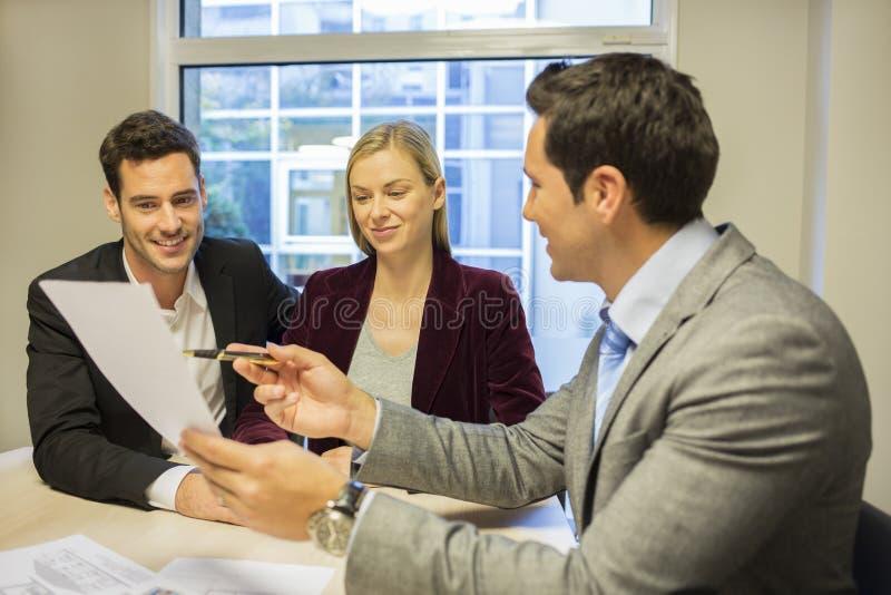 Paarsitzungsimmobilienagentur, zum des Eigentums zu kaufen stockbilder