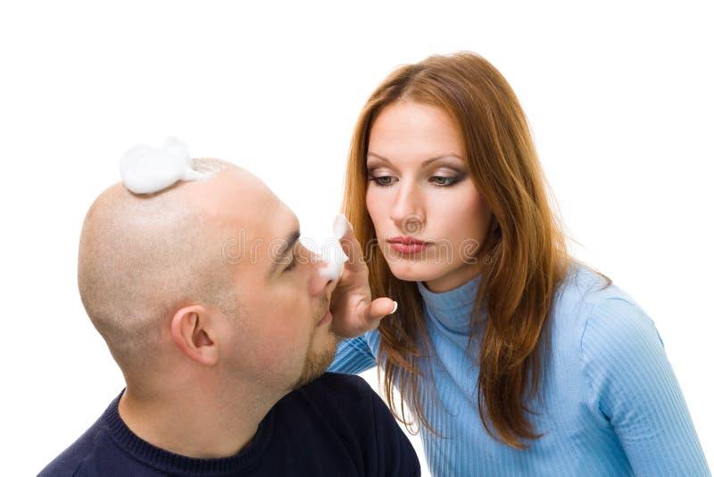 Paarspiel mit dem Rasieren des Schaumgummis, lizenzfreie stockbilder
