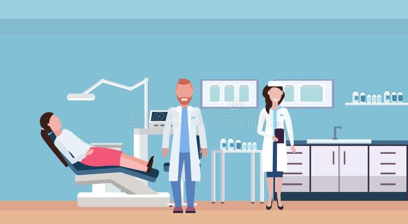 Paartandartsen die vrouwenpatiënt onderzoeken die in van de het bureau moderne kliniek van de tandheelkundestoel het professionel vector illustratie