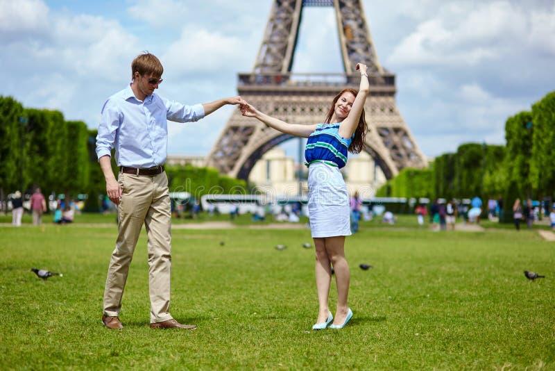 Paartanzen in Paris nahe dem Eiffelturm lizenzfreie stockbilder