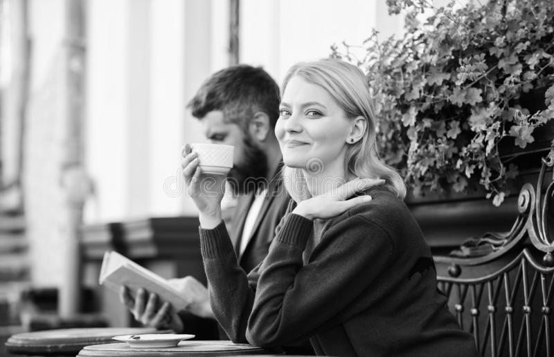 Paarterras het drinken koffie Toevallig ontmoet kennissenopenbare ruimte Apps normale manier om aan andere samen te komen en te v royalty-vrije stock foto