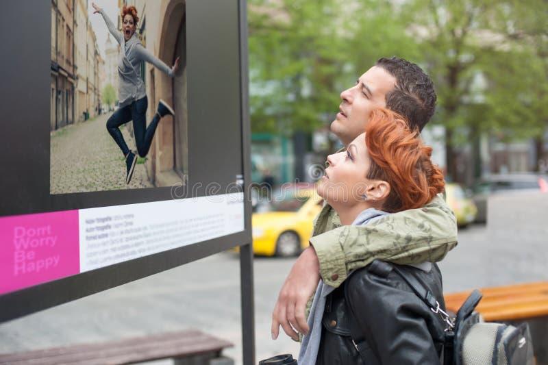 Paartoerist die straattentoonstelling kijken stock afbeelding