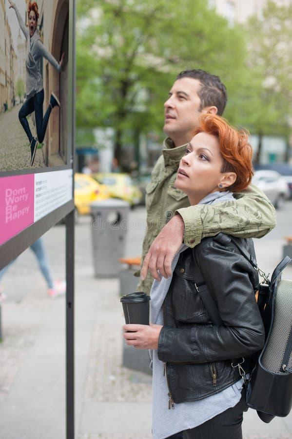 Paartoerist die straattentoonstelling kijken stock foto